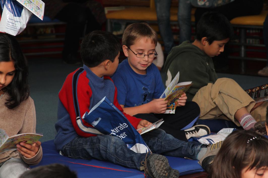 Niños leyendo en Lanzamiento de la Revista Broli 2